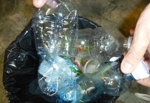 Do pieców w prywatnych posesjach trafią też całe tony plastików. Co z tym rozbić - dopytywał radny