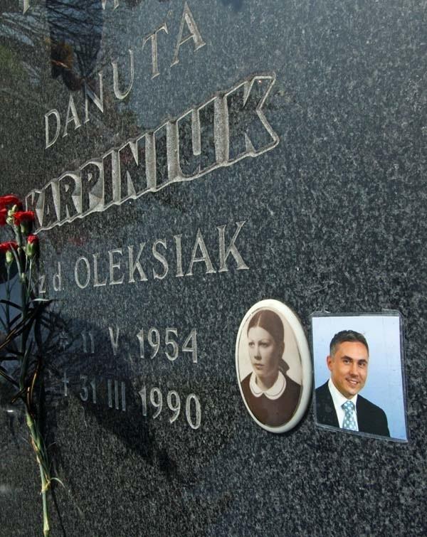 Na nagrobku Danuty Karpiniuk, ktoś już umieścił zdjęcie syna, którego ciało spocznie wkrótce obok niej. Sebastian Karpiniuk zostanie złożony na miejscu, które oddała mu babcia.