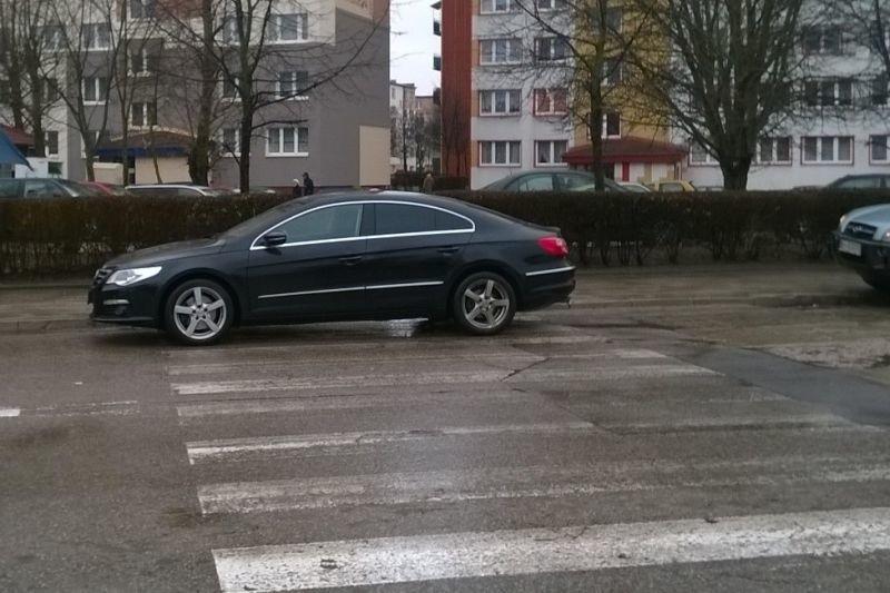 Kierowca tego volkswagena zaparkował n ai tak bardzo...