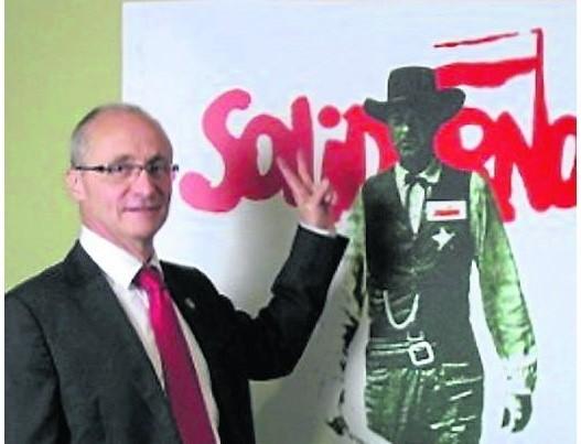 Francuz Jacky Etienne Challot w stanie wojennym był kurierem Solidarności, przemycał do Polski maszyny drukarskie i powielacze, za co trafił do więzienia