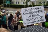"""Protest KOD przed Sądem Okręgowym przy ul. Skłodowskiej w Białymstoku ph. """"Europo, nie odpuszczaj!"""" (zdjęcia)"""