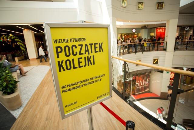 Sztuczna inteligencja może sprawić, że zakupy będą jeszcze bardziej przyjemne. Polska firma Itmagination stworzyła system, który ma rozładować kolejki w sklepach. Analizuje on w czasie rzeczywistym ruch i kolejki w sklepie.