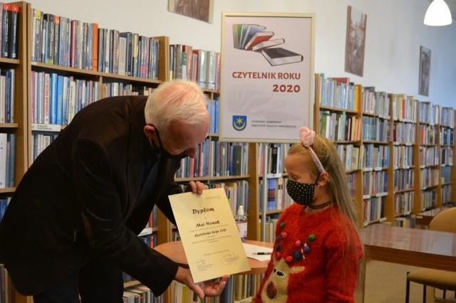 Prezydent Tarnobrzega wręcza dyplom Mai Nowak - zwyciężczyni konkursu na Czytelnika Roku 2020 w kategorii 6 - 12 lat