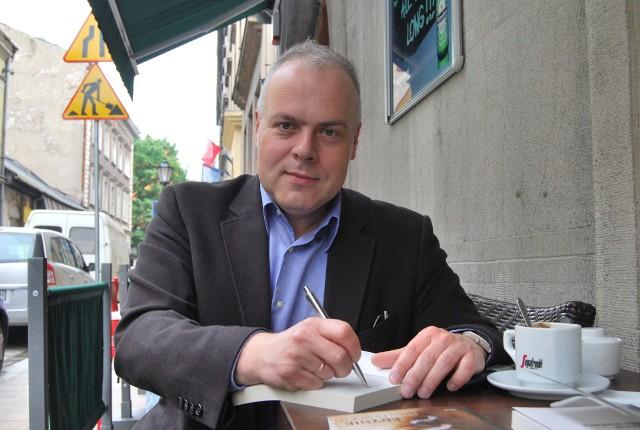 Marek Krajewski, filolog klasyczny, autor retrokryminałów dziejących się we Wrocławiu i Lwowie.