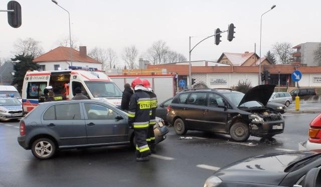 Niestety, nawet wjeżdżając na skrzyżowanie na zielonym świetle, trzeba być bardzo czujnym. Przekonała się o tym dzisiaj rano kierująca skodą fabia. Mimo że wjechała na skrzyżowanie ulic Świętopełka-Kościerska-Gdańska na zielonym świetle, to trafiła do szpitala z obrażeniami.