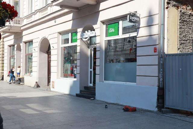 """W miejsce po kultowej kawiarni """"Hortex"""", do której """"cała Łódź"""" chodziła na lody, swoje podwoje otworzył sklep """"Żabka""""."""