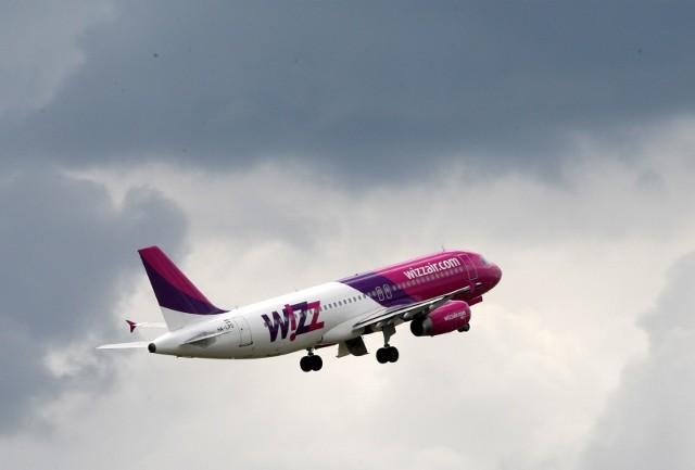 Od listopada zmienia się polityka bagażowa tanich linii lotniczych Wizz Air. Na pokład będzie można za darmo wnieść tylko mały bagaż podręczny.