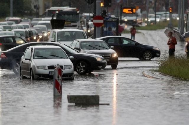 W poniedziałek (23 czerwca) w połowie powiatów województwa łódzkiego znów odnotowano deszcze. Najbardziej padało na północy i wschodzie regionu łódzkiego. Ale analiza prognoz ostrzeżeń IMGW dla regionu łódzkiego daje pewną nadzieję. CZYTAJ DALEJ NA KOLEJNYCH SLAJDACH