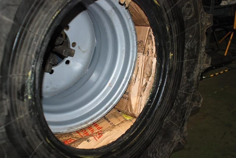 Papierosy ukryte w oponach przewożonych tirem.