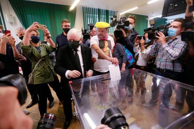 Jarosław Kaczyński w lokalu wyborczym
