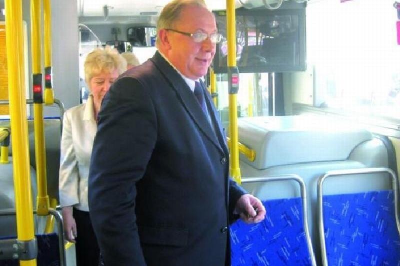 Mieczysław Czerniawski, prezydent Łomży podarował specjalne karty miejskie na rzecz WOŚP. Uprawniają one do jazdy autobusem wszystkimi liniami przez cały rok.