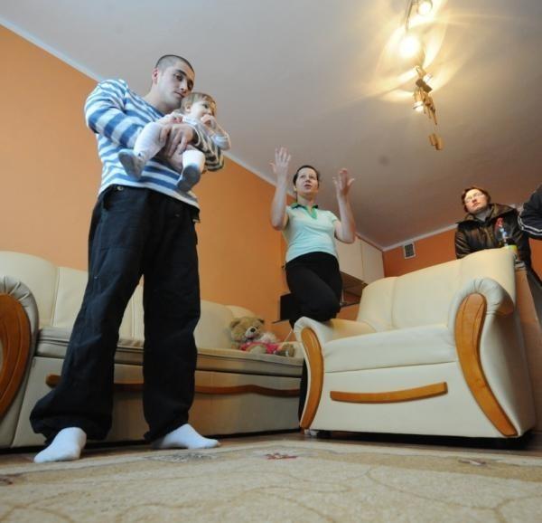 Rodzina Bartosza i Kariny Adamowiczów mieszka na razie w lokalu socjalnym. Wkrótce będzie mogła wnioskować o komunalny.