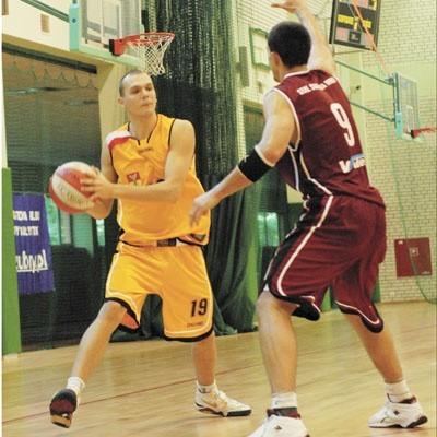 Młodzieżowcy w zespołach oznaczeni są biało-czerwoną opaską. Przy piłce Artur Busz - jeden z młodych w Żubrach Białystok.