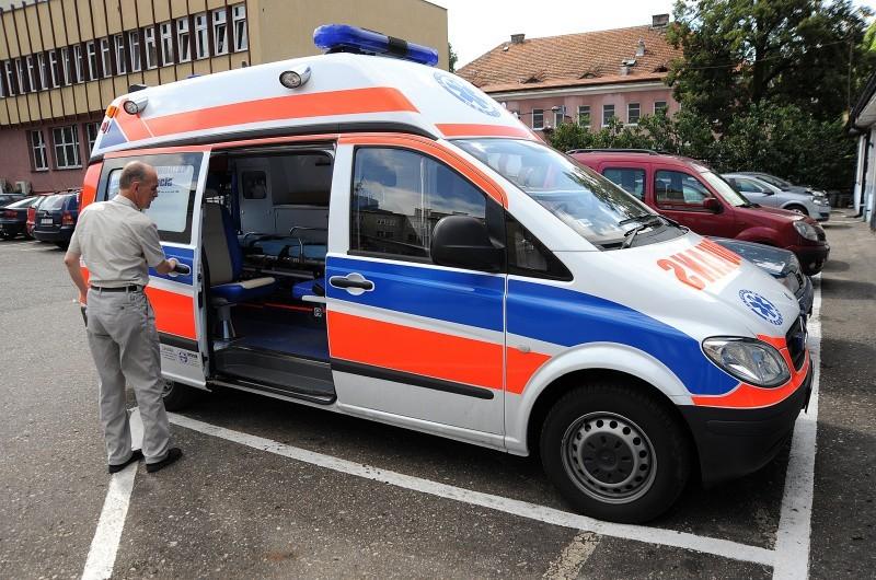 Anna MiszczykPODPIS(karetka) – Andrzej Mielcarek prezentuje nowy ambulans. Pięć takich karetek kosztowało ponad 1 mln 270 tysięcy złotych.