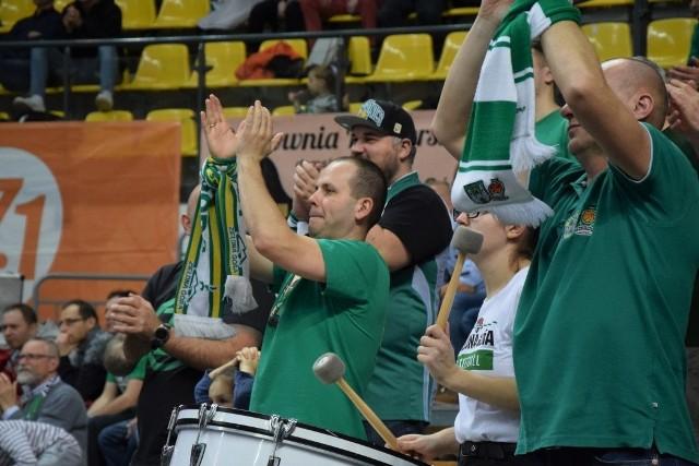Koszykarze Stelmetu Enei BC Zielona Góra śrubują rekordową serię meczów bez porażki w Energa Basket Lidze. Zielonogórzanie wygrali już po raz 14 z rzędu, tym razem pokonali (99:90) zespół Stali Ostrów Wlkp. Zwycięstwa Stelmetu to też zasługa kibiców, którzy w hali CRS zawsze świetnie wspierają drużynę. Na zdjęciach zobaczycie, jak to wyglądało w meczu z ostrowianami >>>>POLECAMY: Tak prezentują się nowe cheerleaderki Stelmetu Enei BC [ZDJĘCIA]POLECAMY: Piotr Protasiewicz tak tańczył Zumbę [ZDJĘCIA]TAB BYŁO PRZED MECZEM STELMETU ZE STALĄ OSTRÓW