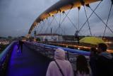 Kraków. Kładka Bernatka rozświetlona na żółto i niebiesko. Jej podświetlenie towarzyszy ważnemu kulturalnemu wydarzeniu [ZDJĘCIA]
