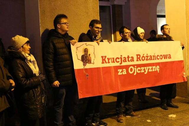 W minioną sobotę około godziny 16.45 łomżanie zgromadzili się na Starym Rynku. Uczestnicy Krucjaty Różańcowej odmówili wspólnie Publiczny Różaniec wynagradzający, o odnowę moralną elit Polski, Europy, świata.