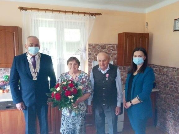Pary jubilatów w ich domach odwiedzali wójt Janusz Witczak wraz z Katarzyną Oleksiak z miejscowego Urzędu Stanu Cywilnego.