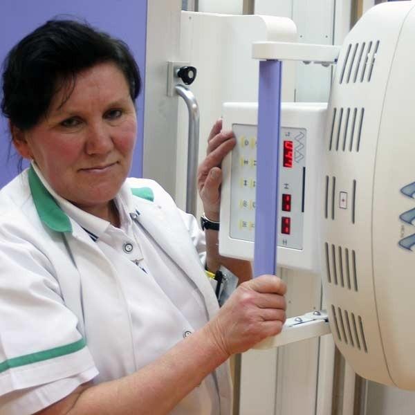 Starszy technik elektroradiologii Wanda Kud zrobi już niebawem zdjęcia nowym aparatem rentgenowskim