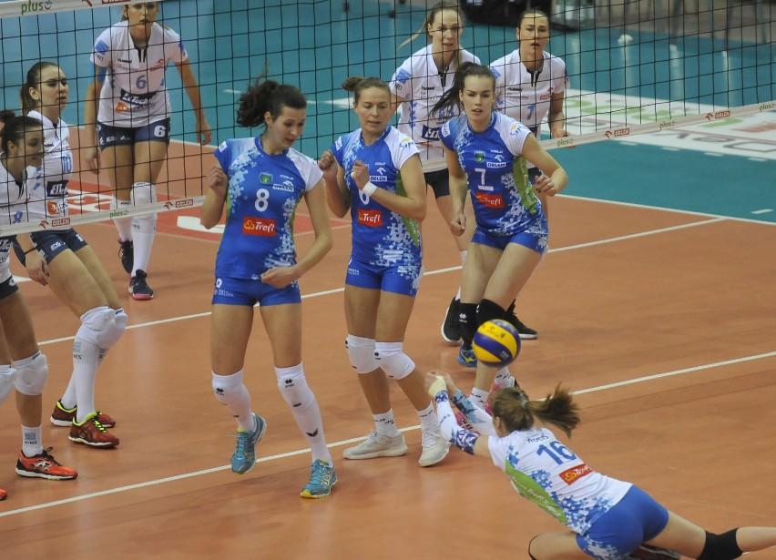 Siatkarki Developresu SkyRes Rzeszów wygrały czwarty z rzędu mecz w Orlen Lidze. Podopieczne Lorenzo Micellego rozbiły u siebie 3:0 Atom Trefl Sopot.