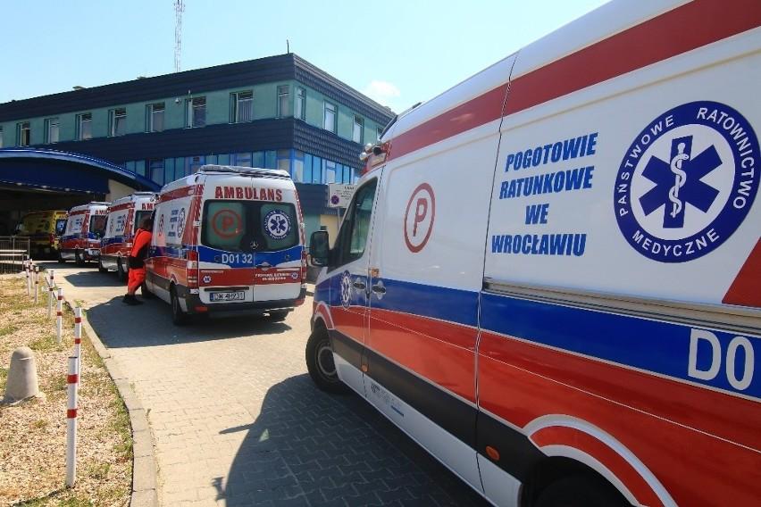 Karetki dowożące pacjentów na SOR przy Borowskiej utknęły w...