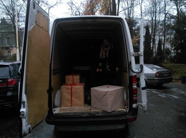 Do centralnego magazynu Szlachetnej Paczki są dostarczane, przeładowywane i pakowane prezenty od darczyńców. W weekend zostaną dostarczone do obdarowanych rodzin
