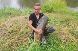 Wyłowił z Warty 30-kilogramowego suma! Walka z rybą trwała ponad godzinę [ZDJĘCIA]
