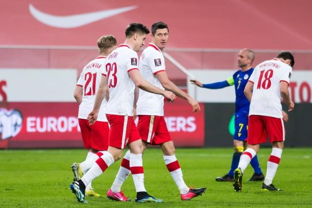 Grupa EHiszpaniaSzwecjaPolskaSłowacjaPolska na Euro 2020 zagra w grupie E z Hiszpanią, Szwecją i Słowacją. Jak wyglądałyby kadry naszych rywali? My pozbawieni bylibyśmy pomocy Wojciecha Szczęsnego.Największe osłabienia dotyczyłyby reprezentacji Hiszpanii. David De Gea, Koke, Sergio Ramos, Ferran Torres, Thiago Alcantara - lista nieobecnych gwiazd byłaby długa, ale trzeba jednak pamiętać, że na Półwyspie Iberyjskim nie brakuje dobrych piłkarzy i nawet druga czy trzecia jedenastka Hiszpanów może walczyć o medal wielkiego turnieju.Mocno osłabieni byliby Szwedzi, którzy pozbawieni byliby dwóch gwiazd - tej najstarszej Zlatana Ibrahomovicia i tej najmłodszej Dejana Kulusevskiego. Słowacy byliby pozbawieni Milana Škriniara.Rywalizacja w tej grupie mogłaby być bardzo wyrównana, z lekkim wskazaniem na Polaków i Hiszpanów.