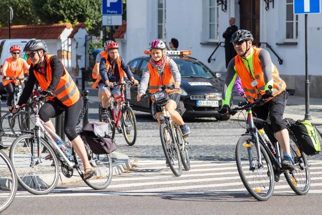 To już 8. Rowerowa pielgrzymka na Jasną Górę. Blisko 160 pielgrzymów wyruszyły na swoich rowerach w podróż do Czestochowy. Mają do pokonania blisko pół tysiąca kilometrów. Dziennie będą pokonywać około 70 kilometrów, na Jasną Górę powinni dojechać za tydzień. W Pielgrzymce biorą udział osoby w różnym wieku, zarówno seniorzy, jak i dzieci. Pierwszy etap zakończy się w Rudne, gdzie pielgrzymi zatrzymają się na noc.