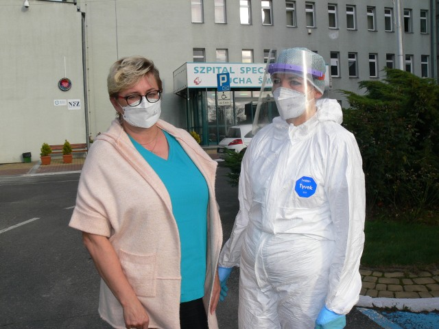 Od lewej: Marta Zielińska, pielęgniarka epidemiologiczna w sandomierskim szpitalu i Dorota Mazur - Alvarez, członek zespołu kontrolnego  zakażeń w Specjalistycznym Szpitalu Ducha Świętego w Sandomierzu.