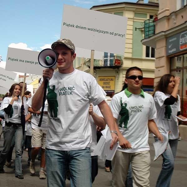 """Z hasłami """"Uwolnić piątek"""", """"Krótszy piątek, dłuższy weekend"""", """"Wolność od trzynastej"""" młodzi manifestanci pojawili się przed Urzędem Wojewódzkim. Po odczytaniu petycji przemaszerowali na ul. 3 Maja."""