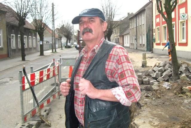 - Mam trzykomorowe szambo przy domu - mówi Jan Lech. - Ale kazali mi podłączyć się do kanalizacji, a na dodatek podwyższyli opłaty!