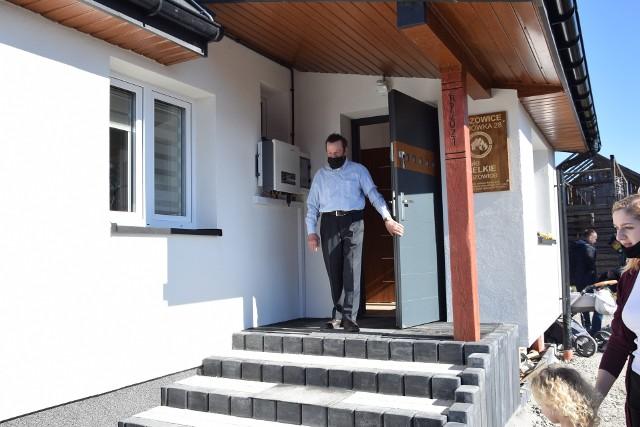 Zbigniew Mynarczyk wychodzi ze swojego nowego domu