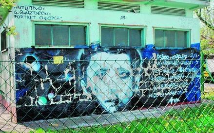 Z kolei obraz na rogu ulic Ściegiennego i Jugosłowiańskiej to już prawdziwe dzieło sztuki; autor upamiętnił na nim izraelskiego chłopca, zabitego przez żołnierzy na rękach swojego ojca.
