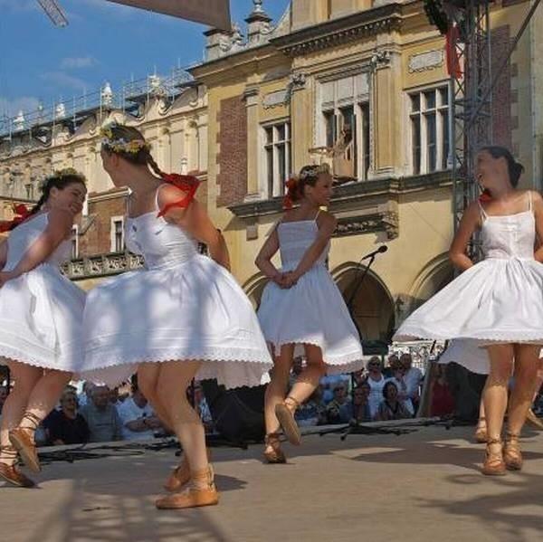 Środa była dniem Pińczowa zarówno na płycie Rynku Głównego jak i na wielkiej estradzie przy ratuszu, gdzie występowali artyści, kapele ludowe, chóry, zespoły śpiewacze, zespoły pieśni i tańca i szkolne teatrzyki.