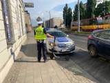 Nastolatki na hulajnodze zderzyły się z samochodem. Dziewczynka trafiła do szpitala