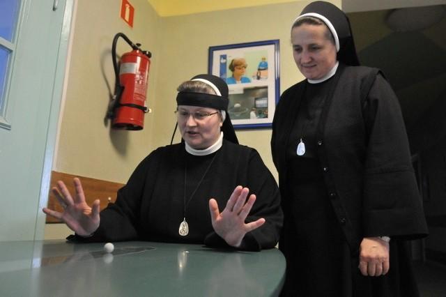 Siostra Irmina pokazuje Matce Zgromadzenia Samueli Werbińskiej jak działa mindball, który uczy koncentracji