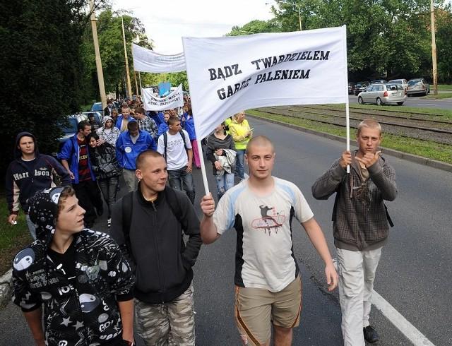 Marsz antynikotynowyUlicami Szczecina przeszla mlodziez, która protestowala przeciw paleniu papierosów.