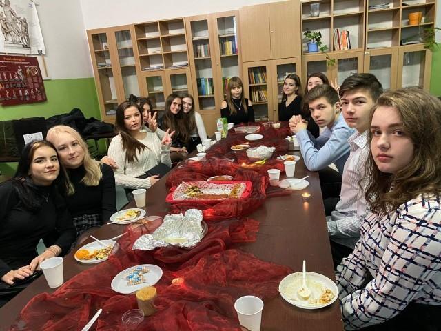 Uczniowie XIII LO w Radomiu podkreślają, że w szkole panuje świetna atmosfera, są dobre relacje z nauczycielami.