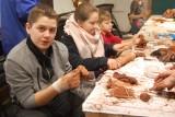 Cudeńka z gliny. Rodzinne warsztaty w muzeum w Nakle (zdjęcia)