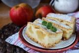 Szarlotka z budyniem. To ciasto z jabłkami i pyszną masą budyniową zachwyci każdego! [PRZEPIS]