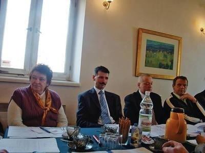 Zofia Mardyła (z lewej) uważa, że gmina powinna zabezpieczać się spisaniem umów ze sprzedającymi Fot. Ewa Tyrpa