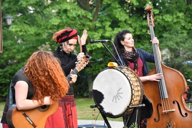 Zespół HuRaban: Hanna Włodarczyk, Fabiana Raban, Monika Zapaśnik – wystąpi na pl. Teatralnym w Zielonej Górze w sobotę, 20 czerwca 2020 r. o godz. 17.00