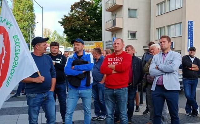 Sadownicy, głównie z powiatu grójeckiego protestowali przed siedzibą Jeronimo Martnins, właściciela sieci Biedronka.