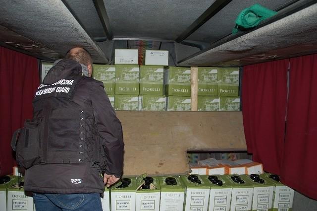 W ukraińskim autobusie strażnicy graniczni i celnicy ujawnili 288 litrów wina bez znaków polskiej akcyzy.