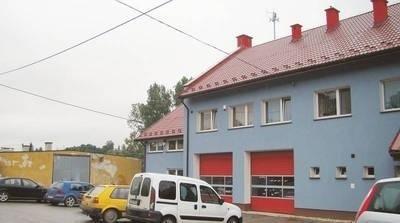 Dzięki pozyskaniu kolejnej unijnej dotacji widoczne na zdjęciu budynki w Pałecznicy będą dogrzewane pompami ciepła. Na pierwszym planie remiza OSP, w głębi oczekujący na remont budynek przyszłego Domu Kultury. Fot. Aleksander Gąciarz