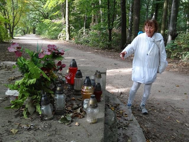 Maria Pańczak, najstarsza poznańska biegaczka, poszukuje osoby, która wśród zniczy zostawia informację, że jest to miejsce kaźni wielu osób przymusowo pracujących przy utworzeniu zbiornika