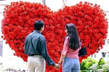 Za kartkę walentynkową i pojedynczą różę zapłacimy około 15 złotych. Z większymi wydatkami musimy się liczyć planując do tego kolację czy wieczorne wyjście do kina – wyniesie nas to około 100 złotych.