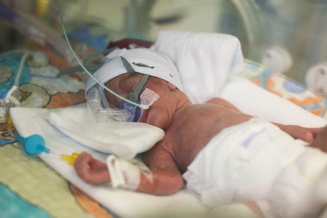 Pan Arkadiusz (nazwisko znane redakcji) stracił żonę. 33-letnia kobieta urodziła w szpitalu, poprzez cesarskie cięcie, synka i wkrótce zmarła. Osierociła również córeczkę, jedenastolatkę.