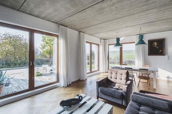 To nie jest wypasiona willa. Dom w Będzinie jest skromny, parterowy i... tani. Oto dom, który zdobył Grand Prix konkursu Architektura roku woj. śląskiego 2018. Projekt: architekci z pracowni Jojko + Nawrocki. ZOBACZCIE ZDJĘCIA